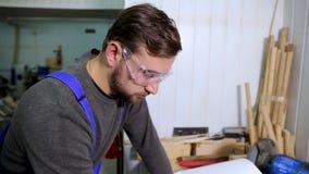 Primer de un hombre en las gafas todo en el trabajo almacen de video
