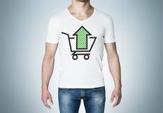 Primer de un hombre en una camiseta blanca con un bosquejo de la flecha verde y de la cesta Fotos de archivo