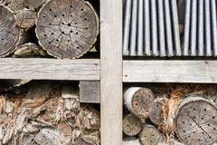 Primer de un hotel de la abeja o del hotel del insecto Imágenes de archivo libres de regalías