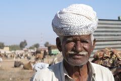Primer de un más viejo granjero con el turbante blanco Fotos de archivo libres de regalías
