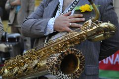 Primer de un músico balcánico tradicional que toca el instrumento de cobre foto de archivo