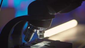 Primer de un microscopio en laboratorio almacen de metraje de vídeo