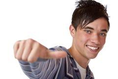 Primer de un muchacho joven feliz con el pulgar encima de la muestra Fotos de archivo