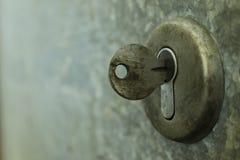 Primer de un ojo de la cerradura viejo con clave Foto de archivo libre de regalías