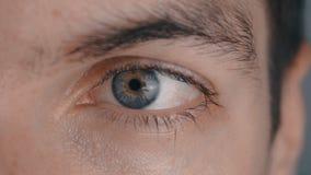 Primer de un ojo masculino del ` s almacen de metraje de vídeo