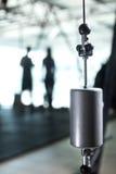 Primer de un peso de la calibración en un fondo borroso del gimnasio Equipo de medida pesado para los gimnasios Copie el espacio Imagen de archivo libre de regalías