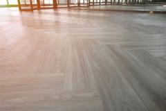 Primer de un piso laminado de madera en una nueva casa imagen de archivo libre de regalías