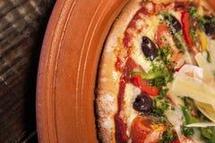 Primer de un plato fresco de la pizza fotografía de archivo libre de regalías