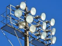 Primer de un poste de la lámpara con los reflectores para un estadio del deporte al aire libre imágenes de archivo libres de regalías