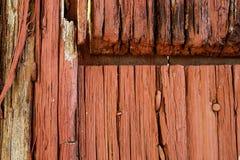 Primer de un rojo y de una puerta de madera de decaimiento Foto de archivo libre de regalías