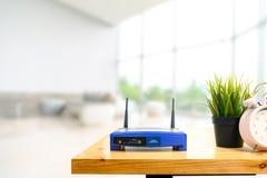Primer de un router inal?mbrico en sala de estar en casa con una ventana en el fondo imagen de archivo libre de regalías