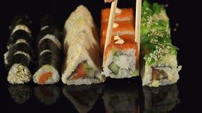 Primer de un sistema del sushi en un fondo negro almacen de metraje de vídeo
