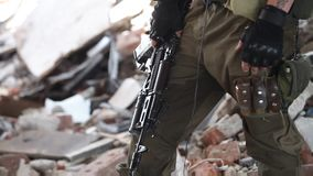 Primer de un soldado en guantes tácticos con un rifle de asalto almacen de video