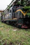 Primer de un tren verde viejo fotos de archivo