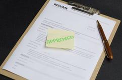 Primer de un uso aprobado del curriculum vitae, tablero, pluma en fondo negro Concepto de contratar al nuevo empleado con la cual fotografía de archivo libre de regalías