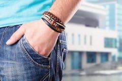 Varón con su mano en bolsillo Imagen de archivo libre de regalías