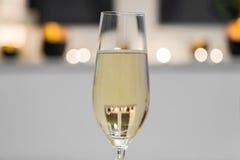 Primer de un vidrio llenado de champán Foto de archivo libre de regalías