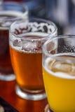 Primer de un vuelo de la cerveza afuera en un día soleado Imagenes de archivo
