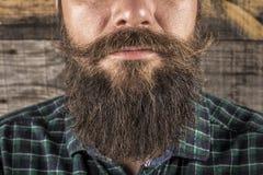 Primer de una barba del hombre y bigote sobre fondo de madera imágenes de archivo libres de regalías