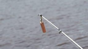 Primer de una barra de giro del ` s del pescador almacen de video