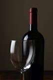 Primer de una botella y de un vidrio de vino Imagen de archivo
