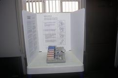 Primer de una cabina de votación y de una máquina de la votación con la votación, CA Foto de archivo