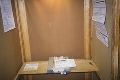 Primer de una cabina de votación y de una máquina de la votación con la votación, CA Fotografía de archivo libre de regalías
