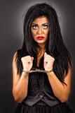 Primer de una cara de la mujer joven usando los cepillos para las mejoras Fotos de archivo libres de regalías