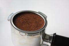 Primer de una cesta del café express por completo de argumentos de café del lado fotografía de archivo libre de regalías