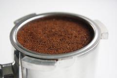 Primer de una cesta del café express por completo de argumentos de café del lado foto de archivo