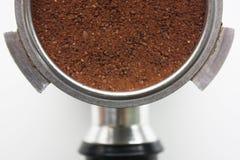 Primer de una cesta del café express por completo de argumentos de café desde arriba fotografía de archivo