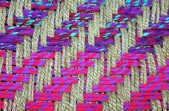 Primer de una cesta tejida colorida Imagenes de archivo