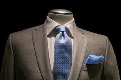 Chaqueta rayada moreno, camisa blanca texturizada, lazo azul modelado y H Foto de archivo