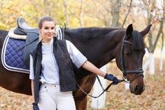 Primer de una chica joven con un caballo Fotografía de archivo libre de regalías