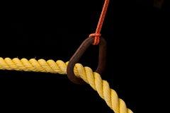 Primer de una cuerda amarilla con un fondo negro Fotos de archivo libres de regalías
