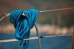 Primer de una cuerda de la amarradura en un yate moderno Foto de archivo