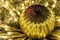 Primer de una decoración de oro del árbol de navidad con las luces Fotografía de archivo