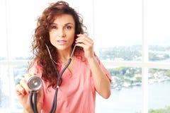 Primer de una enfermera hermosa amistosa que lleva a cabo el stetescope fotografía de archivo libre de regalías
