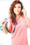 Primer de una enfermera hermosa amistosa que lleva a cabo el stetescope fotos de archivo