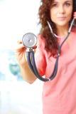 Primer de una enfermera hermosa amistosa que lleva a cabo el stetescope foto de archivo libre de regalías