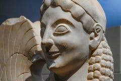 Primer de una esfinge antigua en ruinas griegas - criatura mítica peligroso y sin piedad con el jefe de un ser humano y del tío foto de archivo libre de regalías