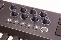 Primer de una fila de botones en un controlador midi Keyboard Imagen de archivo libre de regalías