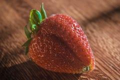 Primer de una fresa en la tabla de madera Foto de archivo libre de regalías