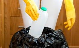 Primer de una limpieza linda del ama de casa Imagenes de archivo