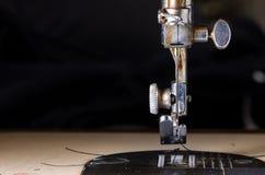 Primer de una máquina de coser vieja fotografía de archivo