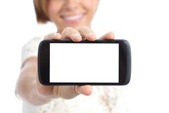 Primer de una mano de la muchacha que muestra una pantalla en blanco horizontal del smartphone fotos de archivo