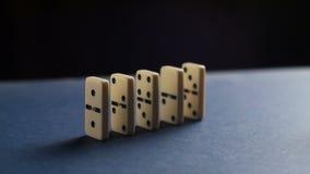 Primer de una mano que pone un dominó El caer de los dominós Nervioso y fracaso almacen de metraje de vídeo