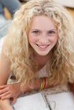 Primer de una mentira adolescente hermosa en cama Foto de archivo libre de regalías