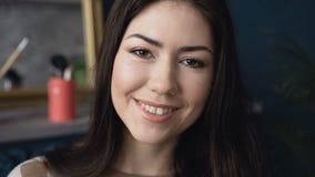 Primer de una morenita encantadora que mira la cámara y sonríe Retrato de una mujer joven sonriente Sonrisa maravillosa almacen de video