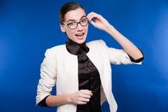 Primer de una morenita joven en una chaqueta y una blusa Fotos de archivo libres de regalías
